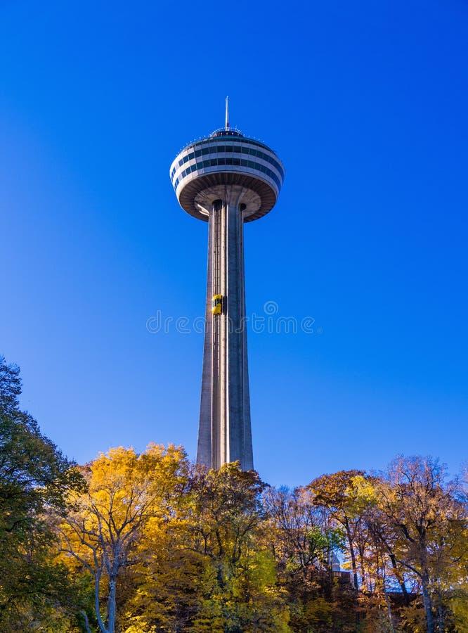 Torre di Skylon sotto cielo blu fotografie stock libere da diritti