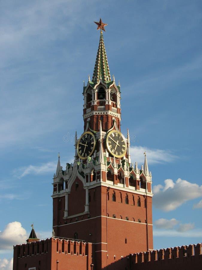 Torre di Spasskaya del Cremlino con il carillon sul quadrato rosso a Mosca fotografie stock libere da diritti