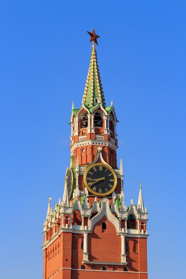 Torre di Spasskaya del Cremlino di Mosca contro il cielo blu in una mattina soleggiata fotografia stock libera da diritti
