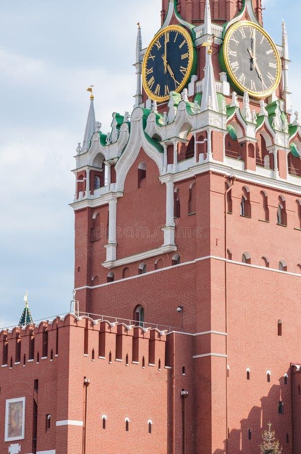 Torre di Spasskaya del Cremlino di Mosca frammento Il Cremlino chimes l'orologio del ` di manifestazioni cinque o fotografia stock libera da diritti