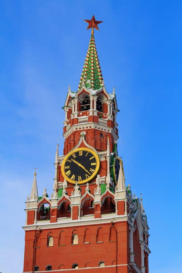 Torre di Spasskaya del punto di riferimento storico sul quadrato rosso Cremlino di Mosca nell'inverno fotografia stock libera da diritti