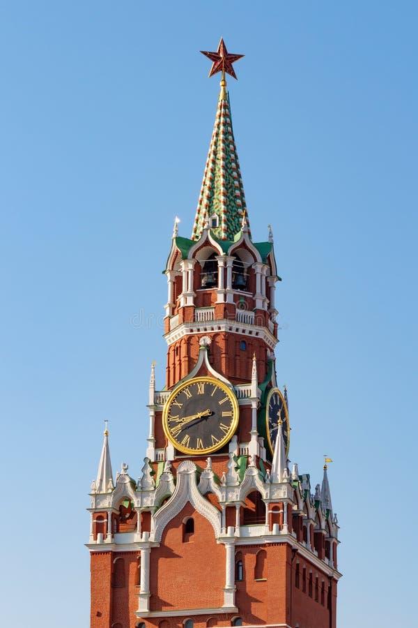 Torre di Spasskaya sul quadrato rosso a Mosca su un fondo del cielo blu immagini stock libere da diritti