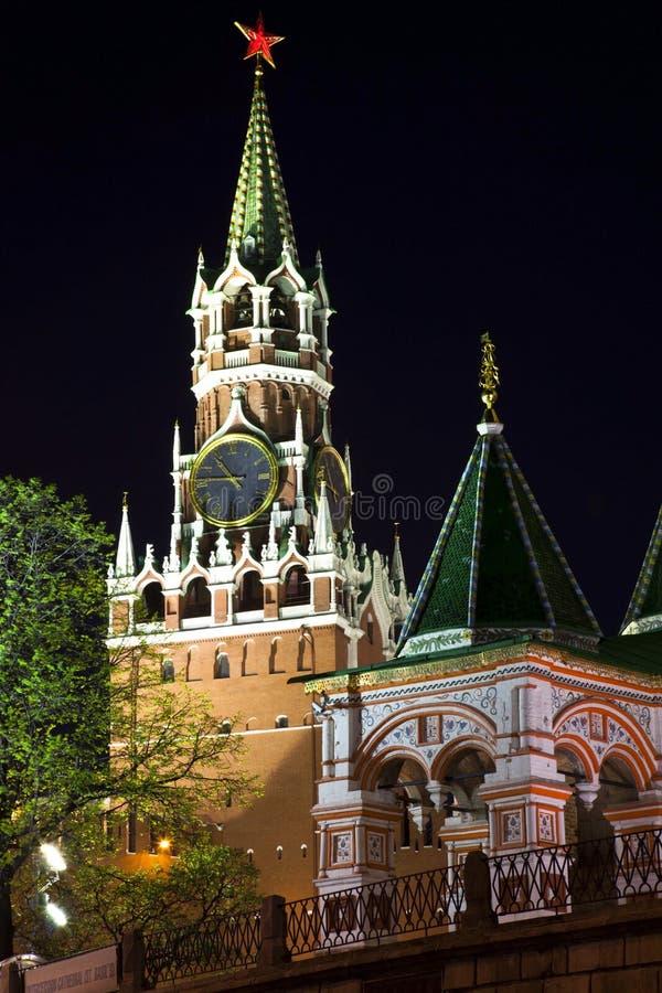 Torre di Spassky del Cremlino di Mosca alla notte. fotografia stock libera da diritti