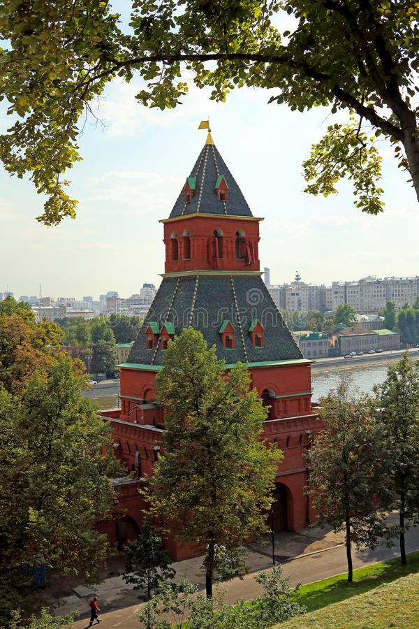 Torre di Taynitskaya e la parete di Cremlino di estate che uguaglia luce nella capitale russa Mosca immagine stock libera da diritti
