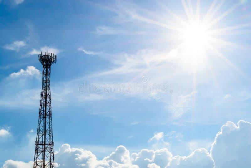 Torre di telecomunicazioni con gli ambiti di provenienza del sole immagini stock libere da diritti