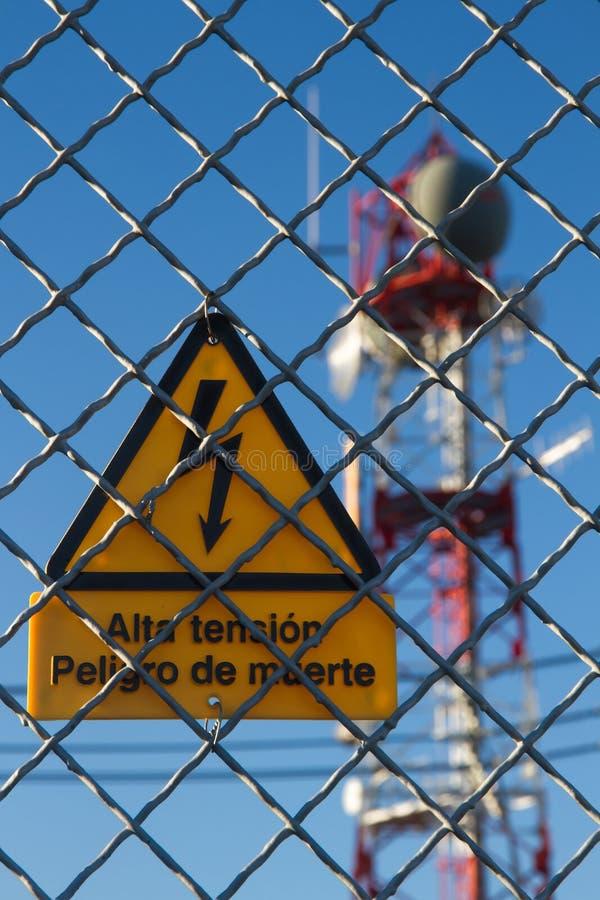Torre di telecomunicazioni del segnale di pericolo immagine stock