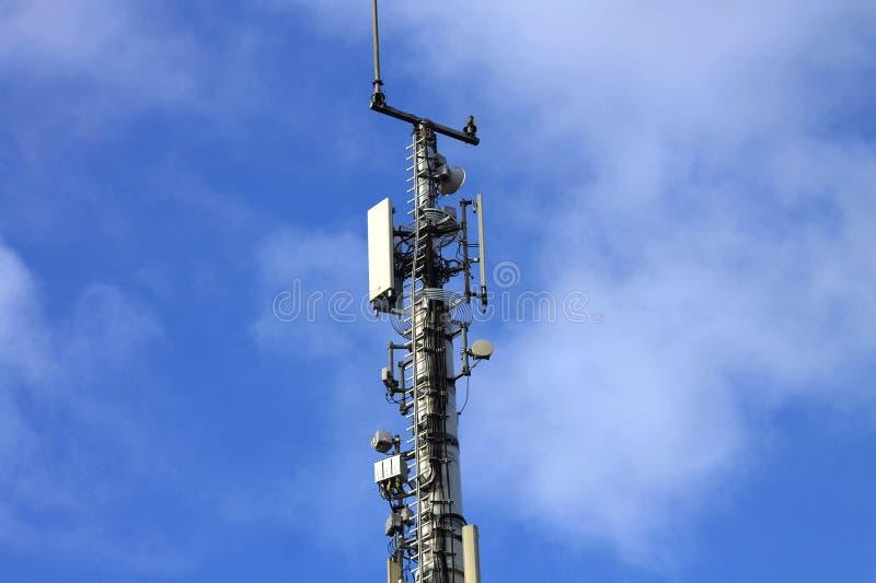 Torre di telefonia cellulare dell'antenna e sistema di comunicazione cellulari wi fotografia stock libera da diritti