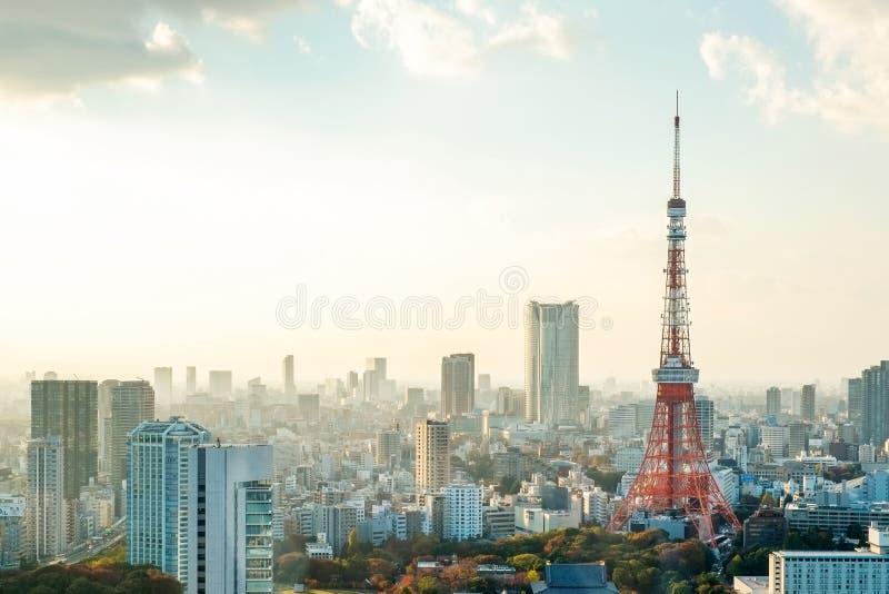 Torre di Tokyo, punto di riferimento del Giappone e vista di occhio di uccello moderna panoramica della città con il cielo dramma fotografie stock