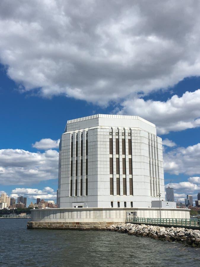 Torre di ventilazione del tunnel della batteria di Brooklyn al largo dell'isola di Governors fotografia stock