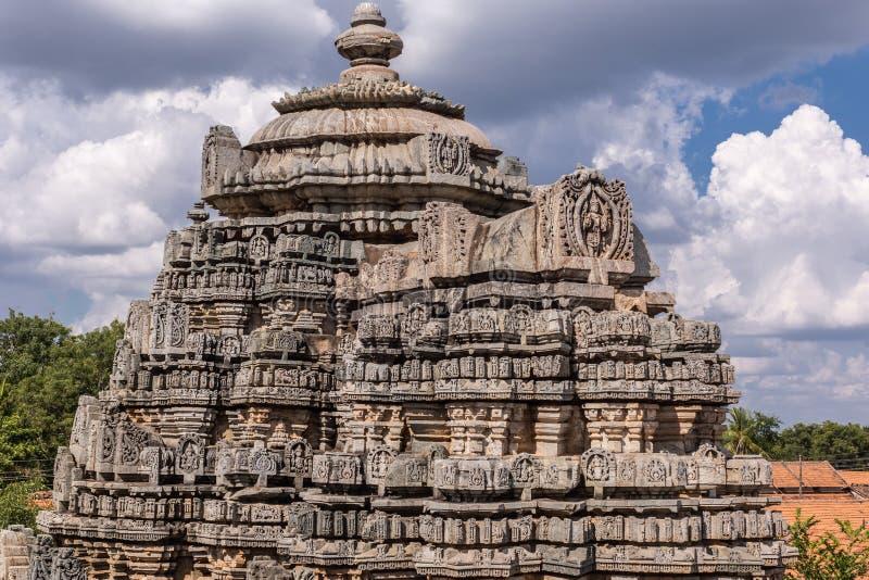 Torre di Vimana al tempio di Veera Narayana in Belavadi, il Karnataka, India fotografie stock libere da diritti