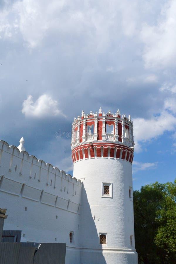 Torre difensiva e la parete del monastero ortodosso Convento di Novodevichy, Mosca fotografie stock libere da diritti