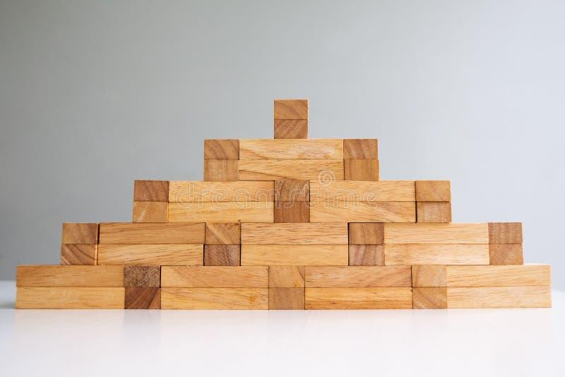 Torre do bloco de madeira com modelo da arquitetura, risco do conceito de gestão e plano da estratégia, processo do sucesso comer foto de stock royalty free