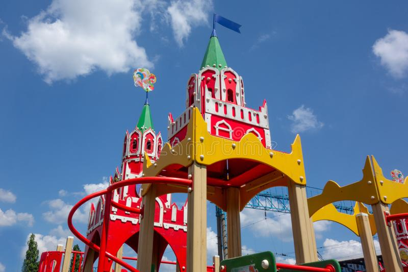 A torre do castelo cobre do campo de jogos das crianças em um fundo nebuloso do céu azul Close up das crianças exteriores imagem de stock