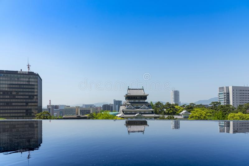 Torre do castelo de Kokura, castelo tradicional japonês com o céu azul no parque público de Katsuyama, Kitakyushu, Fukuoka, Kyush foto de stock royalty free