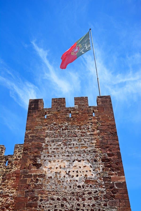 Torre do castelo e bandeira medievais, Silves, Portugal fotos de stock royalty free