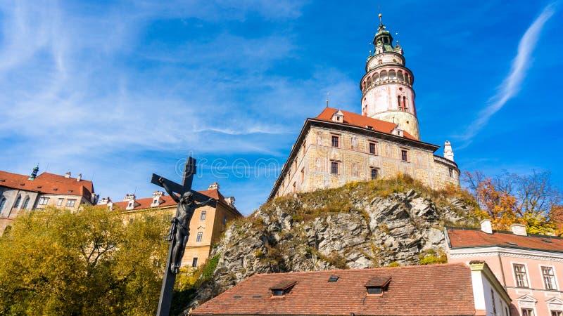 Torre do castelo e cruz de Jesus Christ do Checo Krumlov imagem de stock royalty free