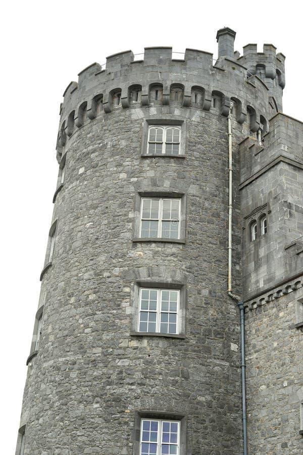 A torre do castelo mostra a arquitetura com ameias do muralha imagens de stock
