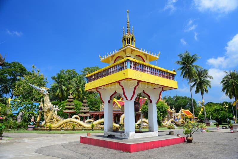 Torre do cilindro com o templo atrás dele imagem de stock royalty free