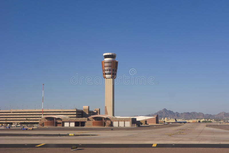 Torre do controlo de tráfico do aeroporto imagem de stock