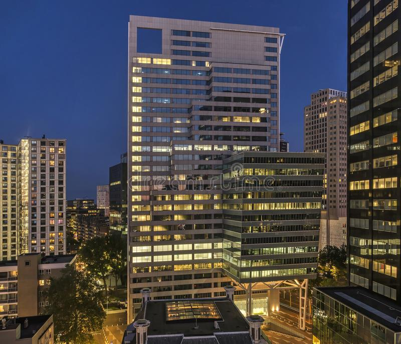Torre do escritório na hora azul fotografia de stock