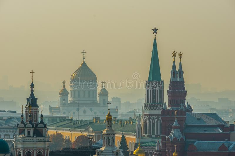 Torre do Kremlin de Moscou, catedral de Cristo o salvador fotos de stock royalty free