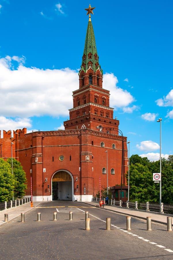 A torre do Kremlin de Moscou da fortaleza nomeou o ` de Borovitskaya do ` Muitos turistas do países diferentes podem vê-lo diário fotografia de stock