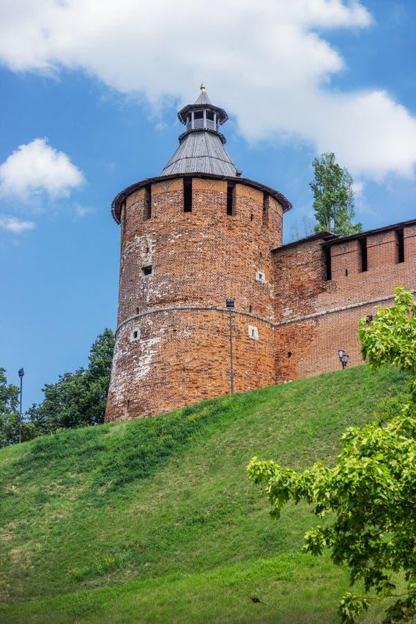 Torre do Kremlin de Nizhny Novgorod, que tem mais de cinco cem anos velha imagem de stock