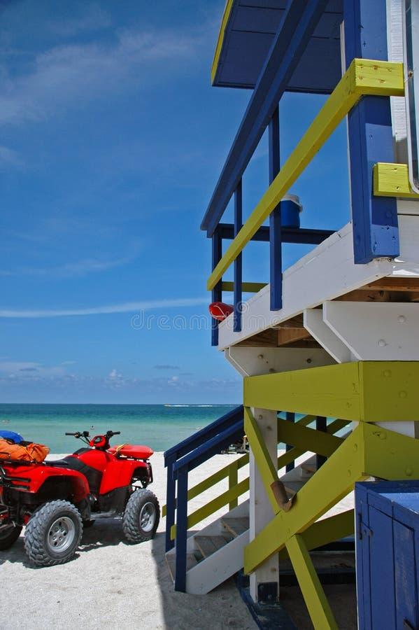 Torre do Lifeguard e ATV na praia sul imagens de stock