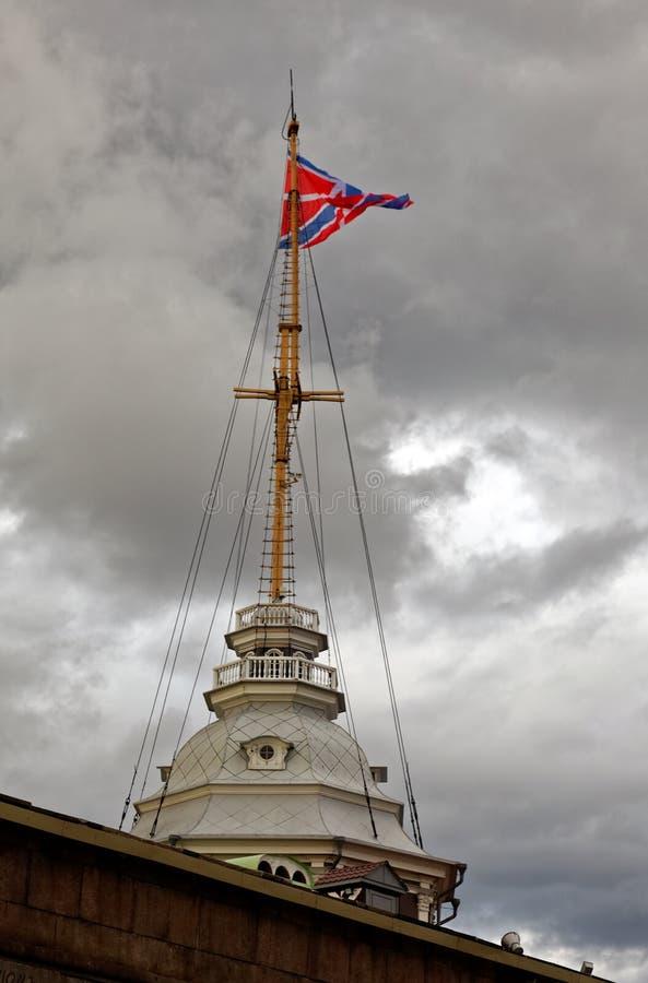 Torre do mastro do bastião de Naryshkin do Peter e do Paul Fortress Bandeira da marinha do russo foto de stock royalty free
