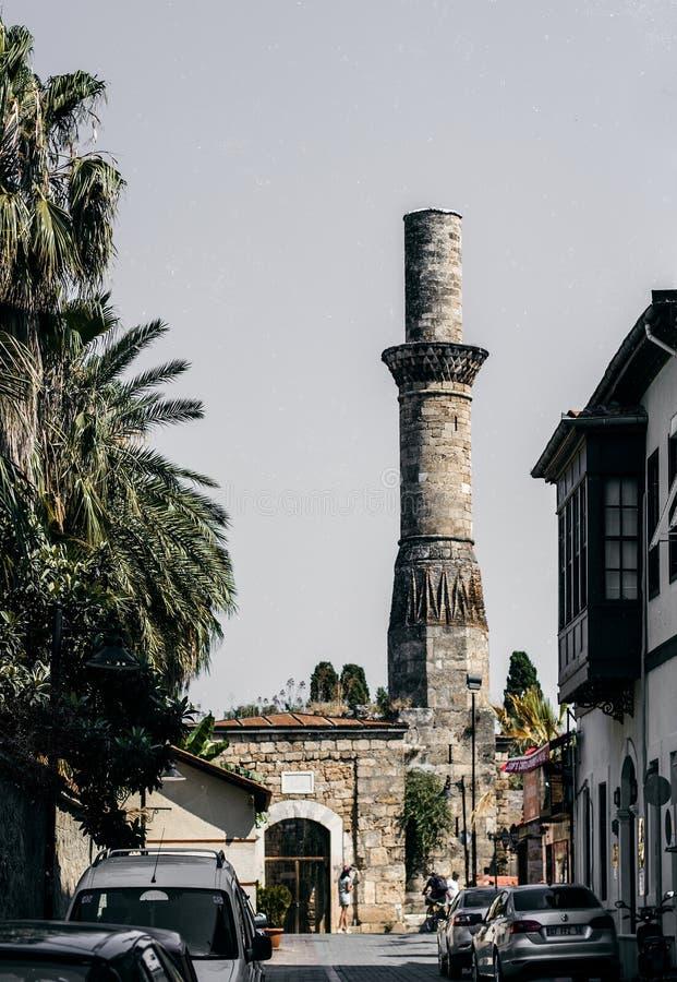Torre do minarete na rua ensolarada da cidade velha Kaleici, Antalya, Turquia imagens de stock