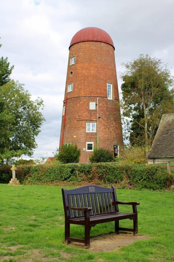 Torre do moinho de vento e banco de parque velhos imagens de stock