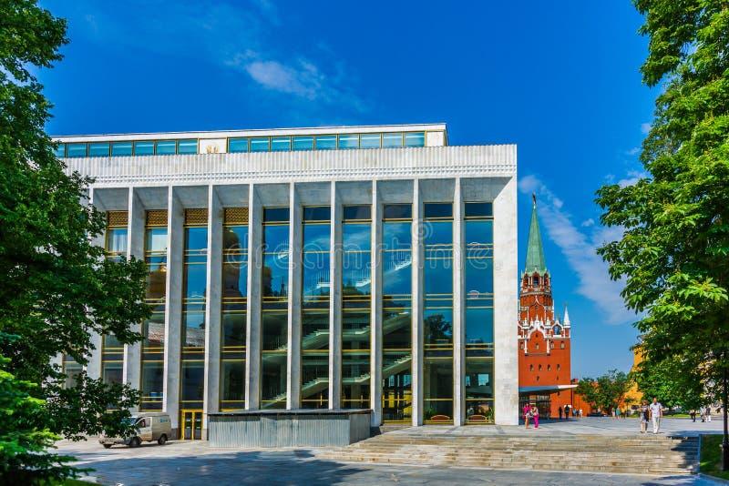 A torre do palácio e da trindade do Kremlin do estado do Kremlin de Moscou imagens de stock