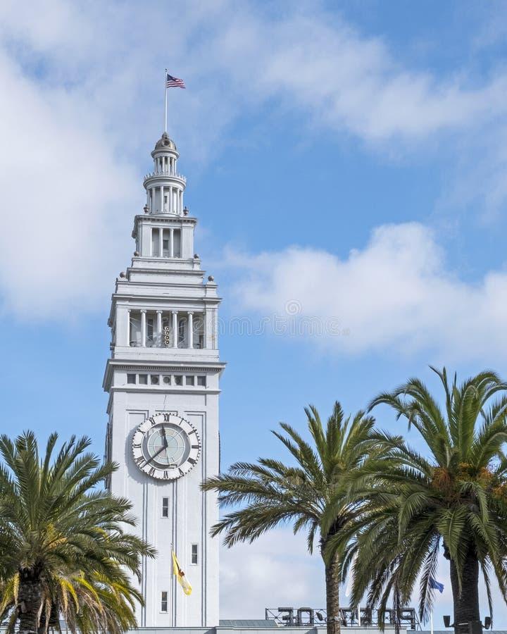 Torre do Relógio do Edifício San Francisco em um Dia do Céu Azul Sunny com Nuvens Fluffy imagem de stock royalty free