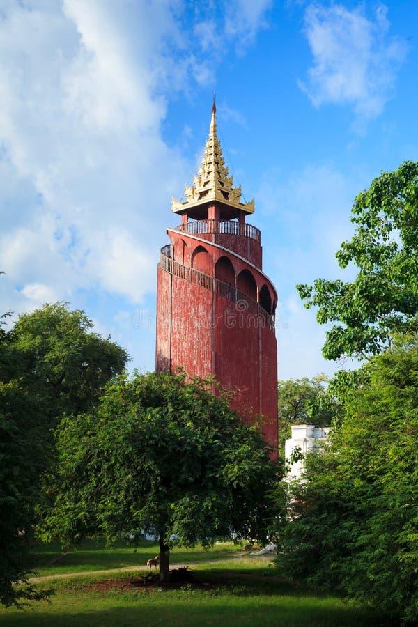 Torre do relógio no palácio de Mandalay, Mandalay, Myanmar imagens de stock royalty free
