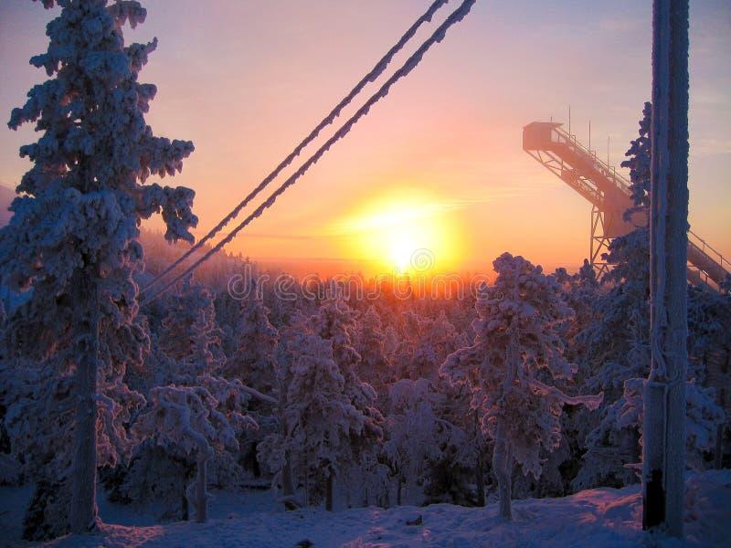 Torre do salto de esqui em um por do sol imagens de stock royalty free