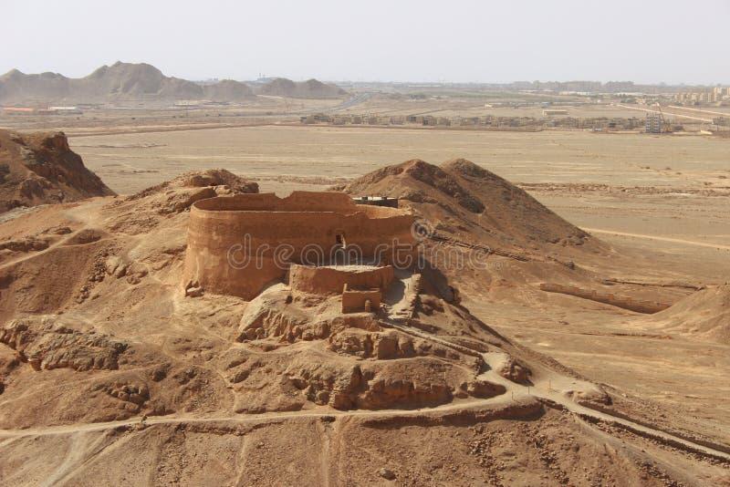 Torre do silêncio perto da cidade de Yazd, Irã fotografia de stock