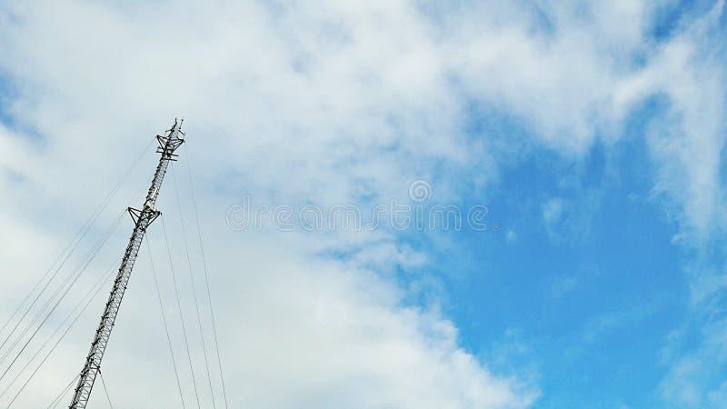 Torre do sinal nos fundos do céu fotos de stock