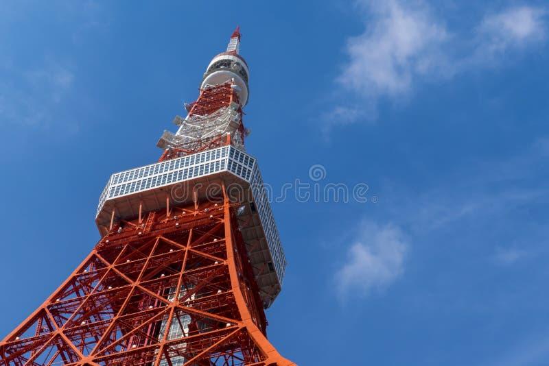 Torre do Tóquio, o marco de Japão no céu azul fotografia de stock