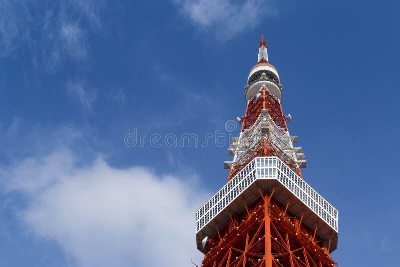 Torre do Tóquio, o marco de Japão no céu azul imagens de stock