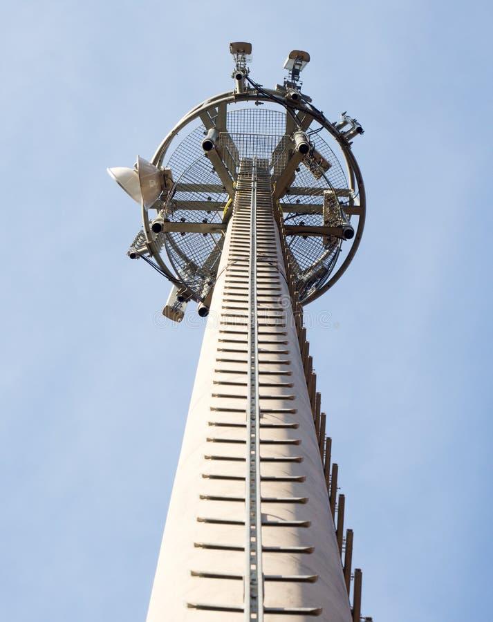 Torre do telefone celular com escada do serviço imagem de stock