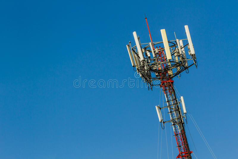 Torre do telefone celular das telecomunicações foto de stock royalty free