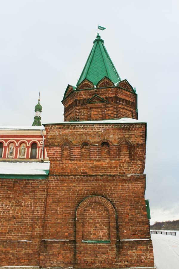A torre do tijolo construída no século XIII imagens de stock