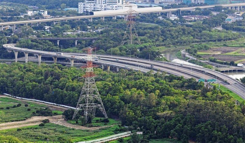 Torre do tráfego e da transmissão da estrada foto de stock