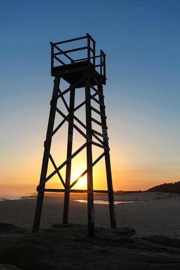 Torre do tubarão da praia do ruivo no por do sol imagem de stock royalty free