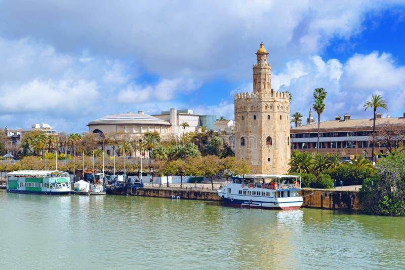 Torre dorata lungo il fiume di Guadalquivir in Siviglia, Andalusia, Spagna, Europa fotografia stock