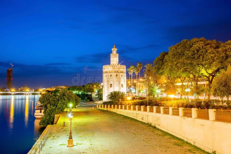 Torre dorata (Torre del Oro) di Siviglia, Andalusia, Spagna sopra la r fotografie stock