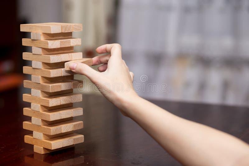 A torre dos blocos de madeira, mulher de negócios Building Up Tower fotos de stock