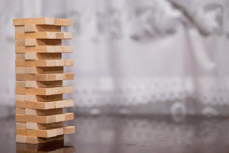 A torre dos blocos de madeira na tabela, acumulando a torre foto de stock royalty free