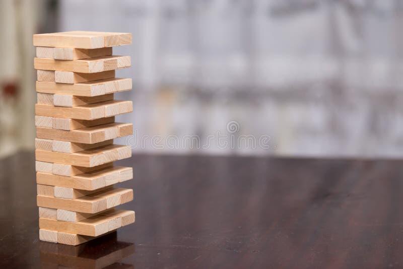 A torre dos blocos de madeira na tabela, acumulando a torre imagem de stock royalty free