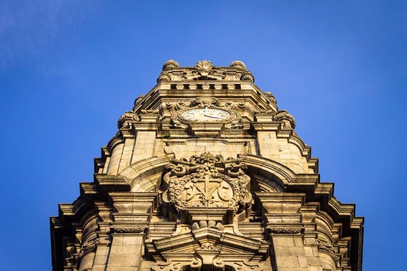 Torre DOS Clerigos från jordningen arkivbilder